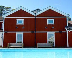 Rote Holzhäuser so weit das Auge reicht auf Sandhamn in den Schärengarten bei Stockholm.
