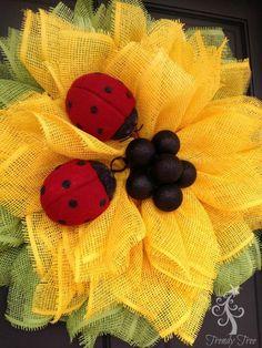 sunflower-ladybug-wreath-tutorial-trendytree-closeup-2