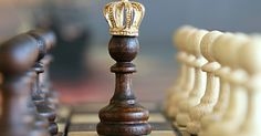 Learn chess, a game synonymous with intelligence and brain power. It's worth noting that chess champions are often some of the smartest people in the world. However, how to play chess well? Marketing Na Internet, Marketing Online, E-mail Marketing, Content Marketing, Digital Marketing, Marketing Tactics, Influencer Marketing, Affiliate Marketing, Psycho Tricks