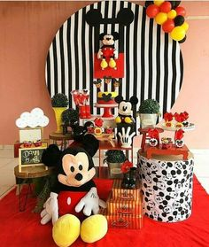 Mini table do Mickey! Mickey Minnie Mouse, Fiesta Mickey Mouse, Mickey Mouse Baby Shower, Baby Boy 1st Birthday Party, Mickey Mouse Clubhouse Birthday, Mickey Mouse Parties, Mickey Party, Mickey Mouse Birthday, Mickey Decorations
