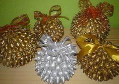 Bombki z makaronu Christmas Pasta, Christmas Wreaths, Christmas Bulbs, Pasta Crafts, Dyi Crafts, Pasta Art, Holiday Decor, Projects, Decoration