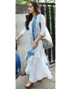 Sara Ali Khan's dresses are not only comfy and chic, but easy to copy. See her best 15 looks Indian Attire, Indian Wear, Indian Dresses, Indian Outfits, South Indian Wedding Hairstyles, Simple Kurta Designs, Churidar Designs, Indian Designer Suits, Punjabi Dress