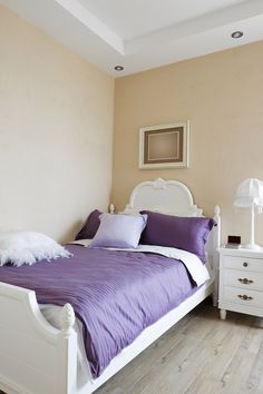 The purple comforter and pillows look lovely with these neutral walls. But then again, what wouldn't go with this paint colour? #bedroom ---------------------------------------- Le couvre-lit et les oreillers violets ressortent de jolie façon contre les murs neutres. Mais après tout, qu'est-ce qui n'irait pas bien avec cette couleur? #chambre