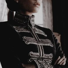 """""""Are you actually trying to blackmail me? But can you really blame me? I'm a queen, I'll do whatever it takes to gain control over my subjects. Story Inspiration, Writing Inspiration, Character Inspiration, Yennefer Of Vengerberg, The Grisha Trilogy, Foto Art, Red Queen, Character Aesthetic, Looks Cool"""