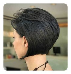 Bob Frisuren 2019 - Inverted+Bob+For+Brunettes Short Hair Styles Easy, Short Hair With Layers, Short Hair Cuts For Women, Short Cuts, Inverted Bob Hairstyles, Short Layered Haircuts, Layered Hairstyles, Pixie Haircuts, Medium Hairstyles