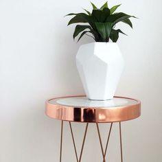 Vaso geométrico e mesa lateral de pés aramados.