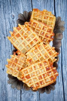 Ziemniaczane gofry z żółtym serem II Cooking for Emily Cheddar, Waffles, Breakfast Recipes, Lunch Box, Food And Drink, Healthy Eating, Favorite Recipes, Bread, Baking
