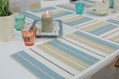 Abwaschbare Tischdecke in Farbe Creme Maritim Blau gestreift aus 80% Baumwolle und 20% Polyester. Das Jacquard Gewebe dieses Stoffes ist schmutzabweisend, fleckgeschützt und abwaschbar. Jeder Artikel mit Saum. cm. Abwaschbare...