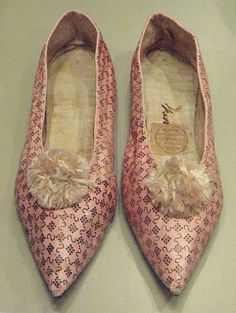 File:Women's shoes by Hoppe, London England, 1790-1805, stencilled kid leather - Patricia Harris Gallery of Textiles & Costume, Royal Ontario Museum -
