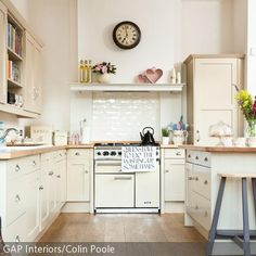 Die cremefarbene Einbauküche wirkt sowohl natürlich als auch verspielt. Romantische Details wie die Deko-Herzen, rosafarbene Blumen und niedliches  …
