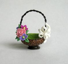 Miniature Flowers Bow Embellished Basket OOAK by ArtisticSpirit Polymer Clay Projects, Polymer Clay Art, Polymer Clay Jewelry, Diy Clay, Diy Crafts For Gifts, Hobbies And Crafts, Biscuit, Barbie Doll Accessories, Cold Porcelain