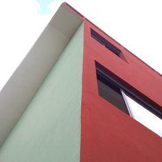 Vert anglais, terre de sienne brûlée pure: le nuancier des couleurs de la Cité Frugès arrondit les angles droits et les arêtes vives de l'architecture moderniste de Le Corbusier
