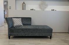 Belga bársonnyal készült, mutatós szófa, szegecsekkel díszítve. Lounge, Couch, Furniture, Home Decor, Chair, Airport Lounge, Drawing Rooms, Settee, Decoration Home