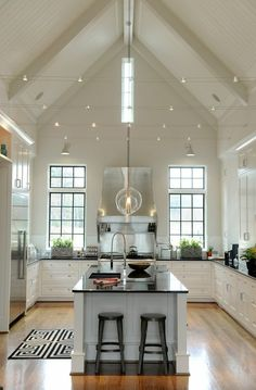 îlot central dans la cuisine sous pente, vaste cuisine avec parquette clair et…