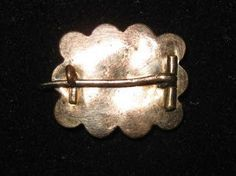 Vintage jewelry is jewelry that was once in style but then fell out of style. Now, many people are wearing vintage jewelry as part of today's styles. Vintage jewelry is very popular today, and it is surprisingly easy to find. Vintage Jewelry Crafts, Old Jewelry, Vintage Costume Jewelry, Vintage Costumes, Custom Jewelry, Jewelry Art, Antique Jewelry, Jewelry Design, Jewelry Making