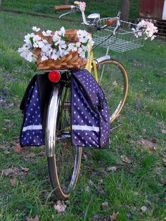 Bike with basket of flowers Bike Planter, E Flowers, Push Bikes, Old Bicycle, Flowers Delivered, Bike Wheel, Vintage Bicycles, Flower Basket, Flower Decorations