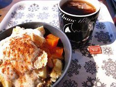 Frau Schulz frühstückt klassisch mit Tee und Müsli
