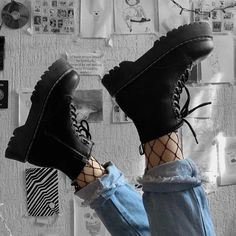 Edgy and trendy black boots. Edgy Outfits, Retro Outfits, Grunge Outfits, Grunge Fashion, Girl Outfits, Fashion Outfits, Rock Fashion, Black Outfit Grunge, Grunge Clothes