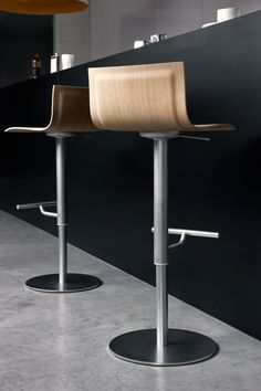 A bar stool needs to be comfy, but that isn't a reason for you to lose the sense of style! Check out this idea and feel inspired. Cool Chairs, Bar Chairs, Dining Chairs, Lounge Design, Chair Design, Bar Lounge, Kitchen Stools, Counter Stools, Stainless Steel Sheet