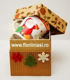 Cana cu mos craciun si banda aurie in partea de sus , in culori de sarbatoare, ambalata fumos intr-o cutie cadou.  Daca estti departe, se va gandi la tine la cafea sau vin fiert cu scortisoara.  Daca veti fi impreuna de sarbatori, comanda 2 cani si primesti bonus un trandafir rosu. Card atasat.  Viziteaza http://www.floriiniasi.ro/flori-florarie-online/Cana-Mos-Craciun-in-cutie-cadou-p-17272-c-252-p.html