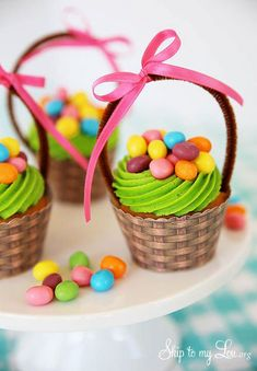 Are you looking for a super cute Easter dessert? These Easter basket cupcakes are perfect and so easy to make! Use your favorite Easter candies to decorate your cupcakes! Perfect for any Easter party or gathering Christmas Crafts For Adults, Thanksgiving Crafts, Thanksgiving Activities, Thanksgiving Placemats, Christmas Ornaments, Christmas Diy, Oster Cupcakes, Lemon Cupcakes, Strawberry Cupcakes