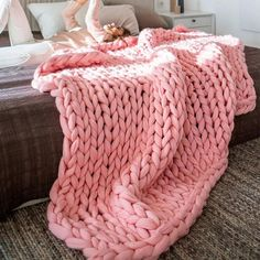This Chunky knit throw blanket is so easy to make! Have your chunky knit blanket done within a few hours! Perfect for Gifts or to keep you cozy on your couch! Find out how much chunky knit yarn you need to make your blanket. Chunky Knit Throw Blanket, Giant Knit Blanket, Sofa Blanket, Blanket Yarn, Sofa Throw, Pink Blanket, Thick Knitted Blanket, Couch Throws, Cheap Blankets