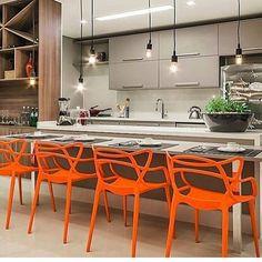 As cozinhas e atrás gourmets se transformaram nos principais pontos da atração da casa. É ali onde momentos de lazer e descontração são desfrutados. Amei tudo nesse projeto das cadeiras ao tom dos móveis e luminárias. Tudo perfeitooooooo!!!!!!