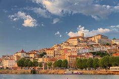 Pays du porto et du fado, le Portugal est un pays de couleurs et de saveurs. De la vallée du Douro à l'Algarve en passant par Lisbonne, ce petit bout de terre ibérique est une invitation au dépaysement.