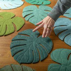 Monstera Leaf reversible table mat placemat centerpiece in Ocean Kelp - DIY Blumen Felt Crafts, Fabric Crafts, Sewing Crafts, Diy And Crafts, Sewing Projects, Craft Projects, Arts And Crafts, Felt Flowers, Fabric Flowers