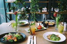 Lunch is served.  #food #onthetable #drinks #urban #restaurant #superconceptspace #homemade #berlin #berlinfood #fulltable #tulips #setting #eating