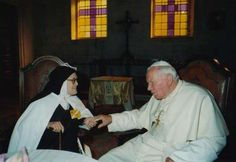 Qui était sœur Lucie ?  Entrée au monastère Sainte-Thérèse de Coimbra (Portugal), le 25 mars 1941, sœur Lucie, l'une des trois voyants de Notre Dame de Fatima (Portugal) a toujours vécu dans la même cellule. En 1950, après avoir prononcé ses vœux solennels en mai de l'année précédente, elle était entrée définitivement dans la communauté, prenant alors le nom de sœur Marie de Jésus et du Cœur Immaculé.
