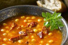 Vegán, paradicsomos csicseriborsó-leves tésztával és friss bazsalikommal - Dívány Mozzarella, Chili, Bacon, Curry, Soup, Vegan, Ethnic Recipes, Curries, Chile