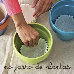 Coloque o filtro no fundo do jarro antes de plantar. Ele irá filtrar a água colocada no vaso. É o fim daquela aguinha, cheia de terra, que sai pelo buraquinho do jarro depois que a gente rega as plantas.