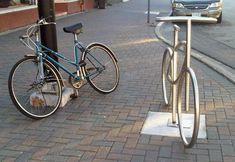 SHOW DE DESIGN E SERRALHERIA ARTÍSTICA  Ao invés das maçantes estruturas em curva ou zigue-zague, um bicicletário com réplicas de bikes em tubos de aço inox.  Cada suporte escultural pode acomo…