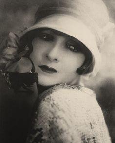 Vintage et cancrelats: Portraits Vintage Pictures, Old Pictures, Vintage Images, Mode Vintage, Vintage Ladies, Vintage Beauty, Vintage Fashion, Style Année 20, 1920 Style