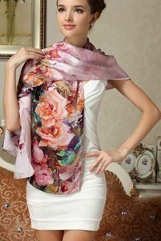 Vkusný dámsky hodvábny šál s kvetmi vo svetlo ružovej farbe