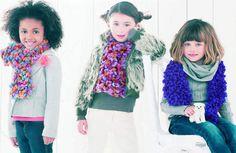 Une écharpe fantaisieTricoter une écharpe rigolote pour les enfants, c'est facile ! Avec ce fil fantaisie fait d' un ruban décoré de petits pompons duveteux, le point mousse accessible aux débutantes, a tous les atouts d'un vrai point fantaisie.Suivez nos explications pour réaliser facilement cette écharpe fantaisie enfant.