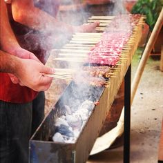 Abruzzo, gli arrosticini, gli originali. Meat Skewers, Kebabs On The Grill, Car Food, Food Vans, Barbacoa, Backyard Bbq Pit, Mini Grill, Chorizo, Brick Bbq