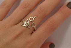 Is it possible to show your undying love for Harry Potter with just one piece of jewelry? It can be done with the Harry Potter Deathly Hallows Ring. Hey look! It worked. This handmade, sterling silver ring features Harry Potter Ring, Bijoux Harry Potter, Hery Potter, Harry Potter Schmuck, Objet Harry Potter, Cadeau Harry Potter, Harry Potter Deathly Hallows, Harry Potter Fashion, Etsy Harry Potter