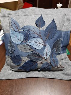 Diy Pillows, Throw Pillows, Denim Crafts, Denim Patchwork, Denim Bag, Fabric Bags, Fabric Crafts, Farmer, Machine Embroidery