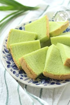 pandan chiffon (to be adjusted into a coconut chiffon recipe using coconut oil and desiccated coconut)