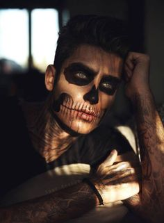 Are you looking for inspiration for your Halloween make-up? Browse around this site for creepy Halloween makeup looks. Guys Halloween Makeup, Visage Halloween, Easy Halloween Costumes, Halloween Halloween, Costume Ideas, Sugar Skull Halloween Makeup, Man Skull Makeup, Sugar Skull Makeup, Halloween Ideas