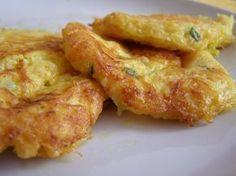 Syrový celer nastrouháme najemno, přidáme vejce rozšlehané v mléce, nasekanou pažitku, zasypeme sýrem, ochutíme a smažíme v lívanečníku.