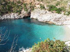 albania-tourism:  Gjiri i Dafines. Gadishulli Karaburunit. Albania