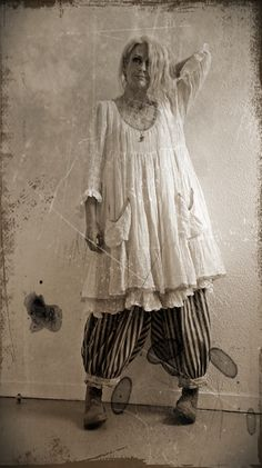 Robe Lola Les Ours - Magnolia Pearl Pants French Cotton Drawers in Abbey Road - Trippen Concrete Dev-Grey