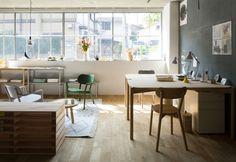 Un interno arredato con pezzi Karimoku New Standard. Tutti i prodotti dell'azienda giapponese sono realizzati in legno locale (acero, castagno, quercia), pregiato ma di piccolo diametro, che viene tagliato per lasciare crescere altri alberi