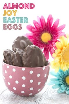 Easy and healthy Easter Candy. Low Carb Almond Joy Easter Eggs. Low Carb Candy, Keto Candy, Low Carb Sweets, Low Carb Desserts, Diabetic Desserts, Almond Joy, Keto Holiday, Holiday Recipes, Recipes Dinner