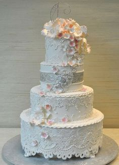 The intricate lace detailing on this #weddingcake is almost too pretty to eat!