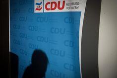 """Das Wahlergebnis in Mecklenburg-Vorpommern sei eine """"Abrechnung mit Merkels Willkommenskultur"""", heißt es in den nationalen und internationalen Pressestimmen. Die Kanzlerin sehe ihren """"Thron wackeln""""."""