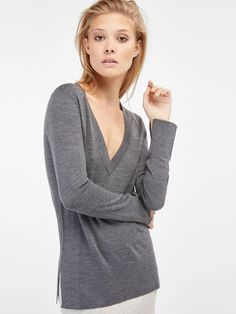 Women's sweaters and cardigans at Massimo Dutti. Spring Summer 2019 striped, ribbed, cashmere, wool or cable knit sweaters and cardigans. Cardigans For Women, Pulls, Capsule Wardrobe, Lana, Merino Wool, Must Haves, Sweaters, Ideias Fashion, Sweater Cardigan